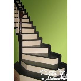 Дерев'яні сходи на другий поверх