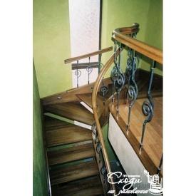Дерев'яні сходи з декоративними кованими елементами