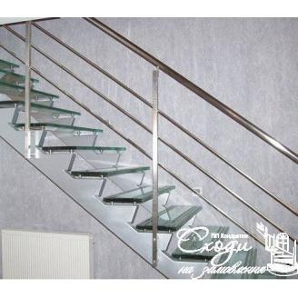 Металеві сходи зі скляними ступенями