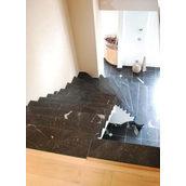 Лестница с забежными ступенями из мрамора Торос Блек черная