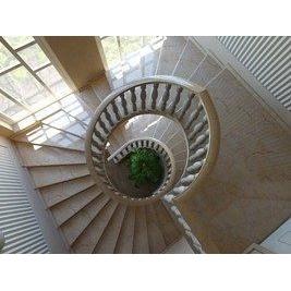 Винтовая лестница из мрамора Crema Valencia