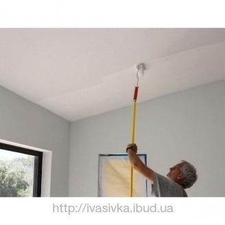 Грунтовка потолка вручную