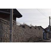 Каменный забор с элементами ковки