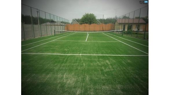 Теннисный корт из  искусственной  травы