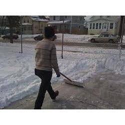 Чистка снігу вручну