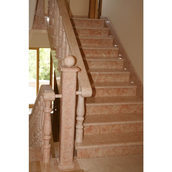 Прямая лестница из натурального камня