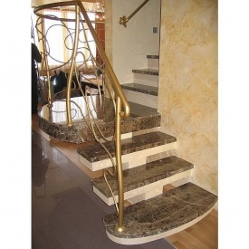 Мармурові сходи на центральному конусї