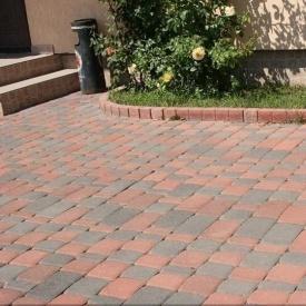 Тротуарна плитка Золотий Мандарин Старе місто 120х40 мм на сірому цементі червоний