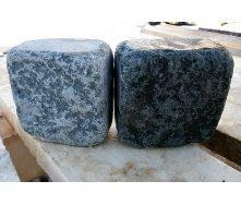Гранітна бруківка галтована 10х10х5 см темно-сіра габро
