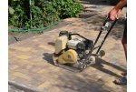 Укладка тротуарной плитки с применением спецтехники
