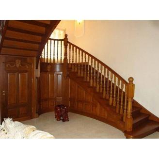 Лестница на тетиве и косоуре светло-коричневая