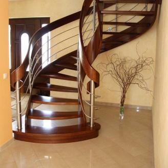 Деревянная лестница с гнутыми элементами