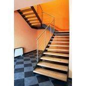 Лестница на тетивах Триумф Запад с металлическими перилами и деревянными ступенями