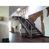 Лестница на косоурах Триумф Запад с металлическими перилами