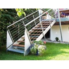 Сходи на косоурах Тріумф Захід з металевими поручнями і дерев'яними сходами