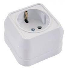 Розетка электрическая с заземляющим контактом наружной установки белая