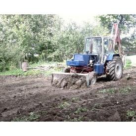 Выравнивание участка трактором