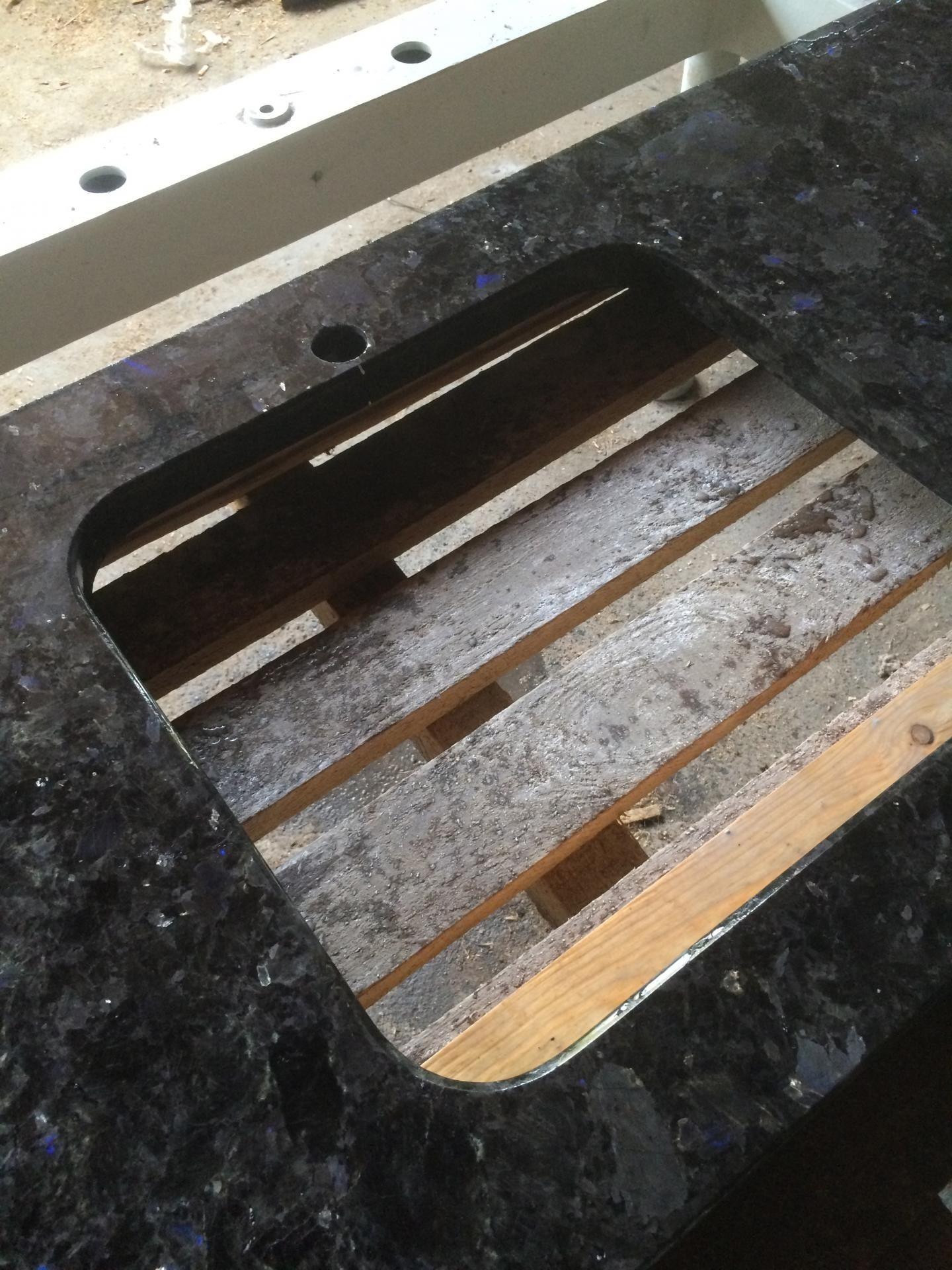 Вырезаем само отверстие для подстольной мойки и полируем его изнутри