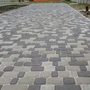 Тротуарна плитка Золотий Мандарин Старе місто 120х60 мм на сірому цементі чорний