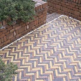 Тротуарна плитка Золотий Мандарин Барселона Антик 186х45х60 мм на сірому цементі гірчичний