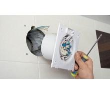Монтаж витяжного вентилятора в заздалегідь підготовлений отвір