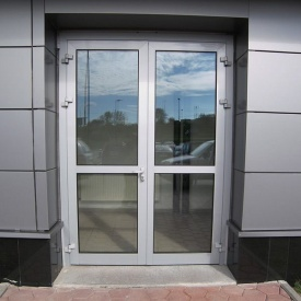 Изготовление двухстворчатых распашных дверей из алюминия