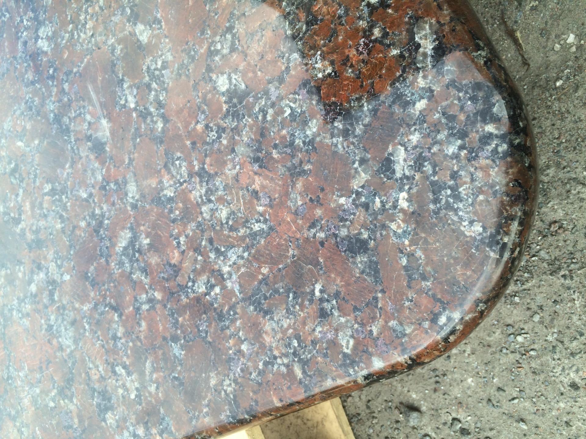 Стіл з Капустинського граніту з шикарним шоколадним відтінком