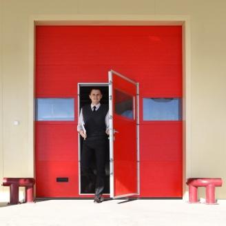 Промислові ворота ALUTECH ProTrend з хвірткою мікрохвиля 2875х3000 мм RAL 3004 пурпурно-червоний