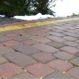 Тротуарна плитка Золотий Мандарин Стара площа 160х40 мм на сірому цементі червоний