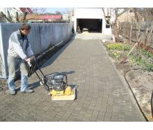 Укладка тротуарной плитки вручную с виброплитой