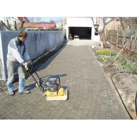 Укладання тротуарної плитки вручну з віброплитою