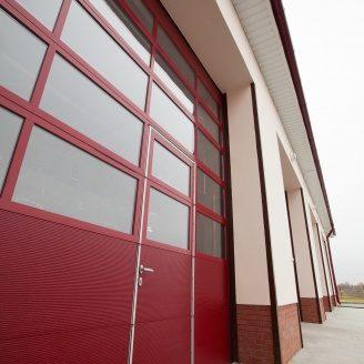 Панорамные ворота ALUTECH AluPro с калиткой и спецпокрытием 4000х4085 мм RAL 3004 пурпурно-красный