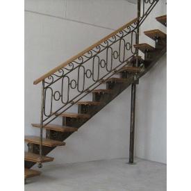 Сходи на металевому косоурі з кованими елементами і дубовими сходинками