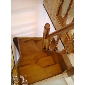 Горищні сходи навколо стовпа з частковим перемінним кроком ступенів
