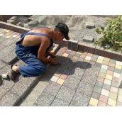 Укладання бруківки на вулиці