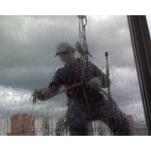 Мийка вікон промисловими альпіністами