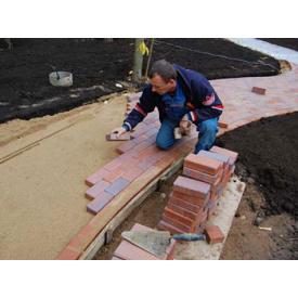 Укладка тротуарної плитки з підготовкою основи на щебінь і пісок