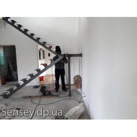 Каркас лестницы из металла на одном косоуре