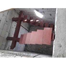 Металлический каркас лестницы между этажами