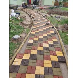 Укладання тротуарної плитки на території котеджу
