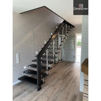 Виготовлення дерев`яних сходів в будинок на больцах зі склом з метелевими балясінами