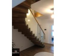 Виготовлення дерев`яних сходів в будинок на больцах зі склом замість балсін