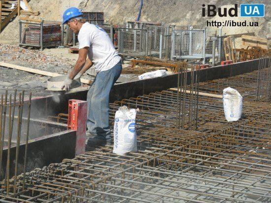 Посипання бетонної підготовки сухий гідроізоляційної сумішшю