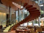 Оформление лестницы ресторана