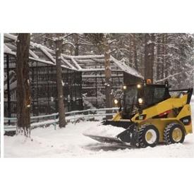 Прибирання снігу міні-навантажувачем Caterpillar 242 зі щіткою