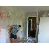 Демонтаж обоев со стены