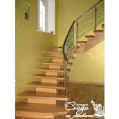 Деревянная лестница с алюминиевыми поручнями