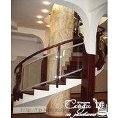 Деревянная лестница со стекляными перилами