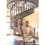 Винтовая лестница из патинированного дерева
