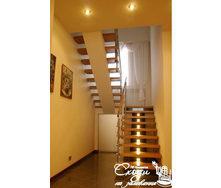 Дерев'яні сходи на центральному косоурі